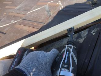 貫板を棟金具に設置