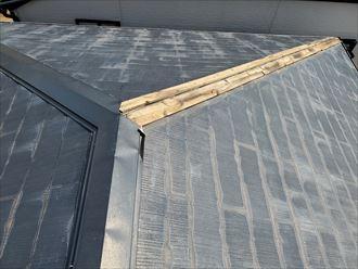 寄棟屋根の隅棟板金が剥がれてしまい貫板が露出