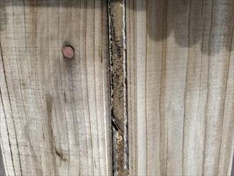 棟板金が剥がれてしまいスレートの下に敷設されている防水紙が露出