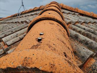 棟瓦の重なり部分に隙間が発生しています