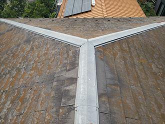 スレートの塗膜が剥がれ防水性が低下しているスレート屋根の調査