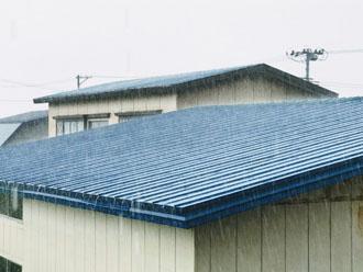金属屋根 雨音が響く