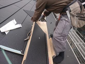 屋根の形状に合わせて職人が金属板を加工