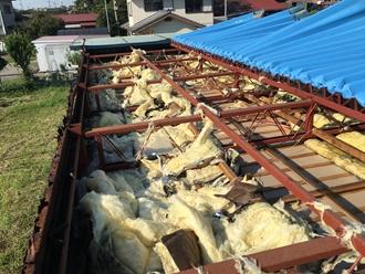 折半屋根の台風被害、捲れ