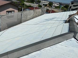 屋根全体に下塗り
