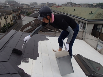屋根塗装工事、中塗り実施