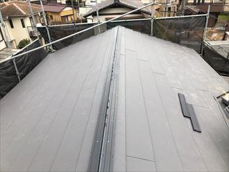 屋根葺き替え工事でスーパーガルテクト敷設の様子