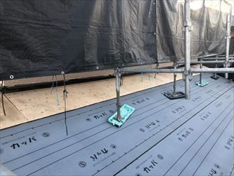 屋根葺き替え工事で防水紙敷設の様子