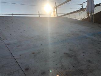 屋根葺き替え工事で野地板を敷設