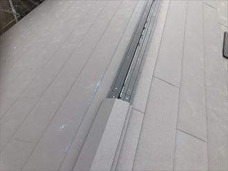 屋根葺き替え工事で棟板金設置の様子