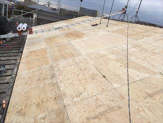 葺き替え工事中の野地板