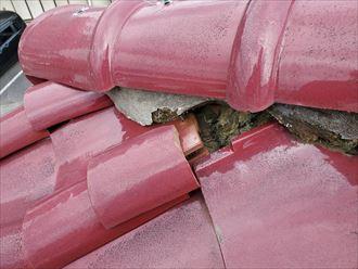 棟の漆喰が剥がれてしまい瓦がずれて落下する危険性があります