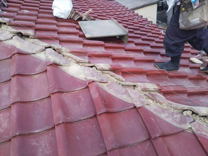 棟取り直し工事で棟を真っ直ぐにするための目安となる水糸を張ります
