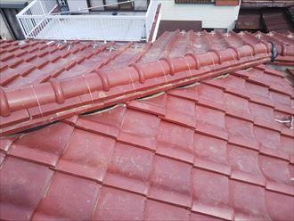 棟取り直し工事で冠瓦を設置し銅線で固定します