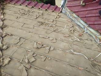 屋根部分葺き直し工事で既存の瓦を解体
