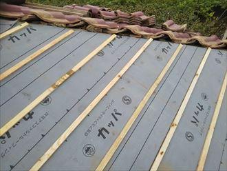 屋根葺き直し工事で新しい防水紙の敷設と瓦桟の設置