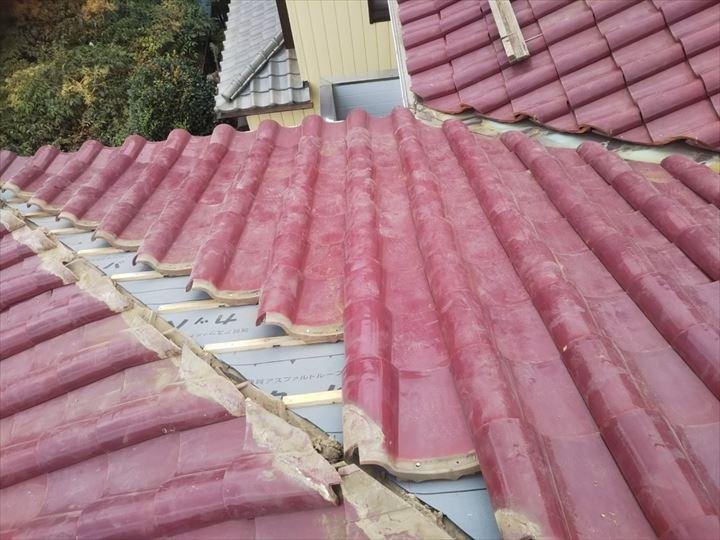 屋根葺き直し工事で防水紙敷設後に既存の桟瓦を葺き直します