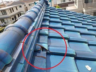 令和元年房総半島台風の影響で棟の下部の瓦が割れていました