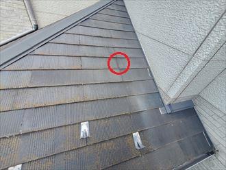 下屋根のスレートにひび割れが発生