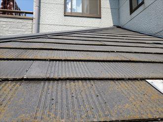 下屋根のスレートに反りが発生