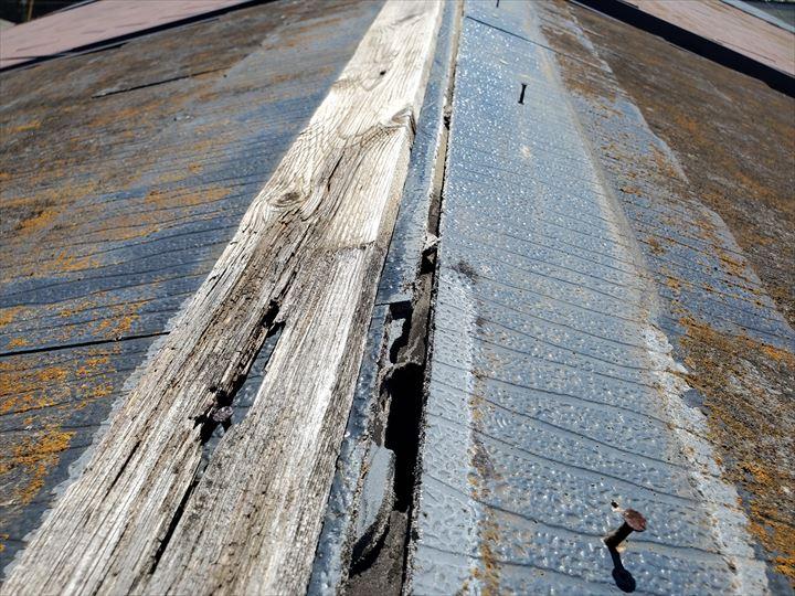 棟板金が飛散し防水紙が露出、防水紙に穴が開いていました