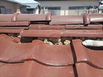 印西市吉田にて棟の漆喰が剥がれて葺き土が露出