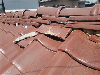 漆喰が剥がれた瓦屋根の棟の調査