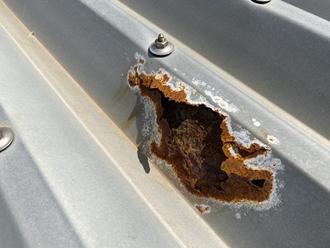 折半屋根のサビ、穴あき