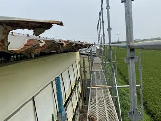 仮設足場を建て屋根葺き替え工事
