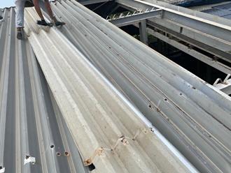 折半屋根の撤去を行います