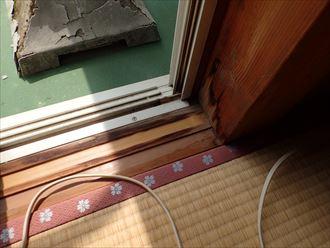 屋根からの雨漏りにより敷居に雨染みが発生