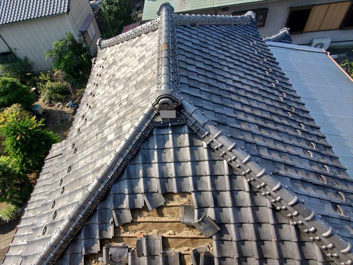 令和元年房総半島台風の影響で桟瓦が剥がれてしまい落下、棟の漆喰が剥がれてしまいました