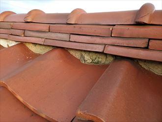 瓦屋根の漆喰が剥がれて葺き土が露出