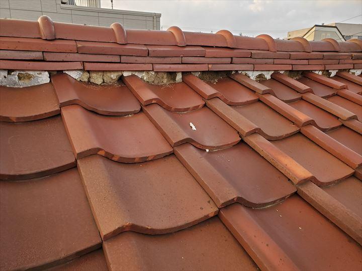 瓦屋根の漆喰が剥がれると棟の崩れや雨漏りに繋がります。