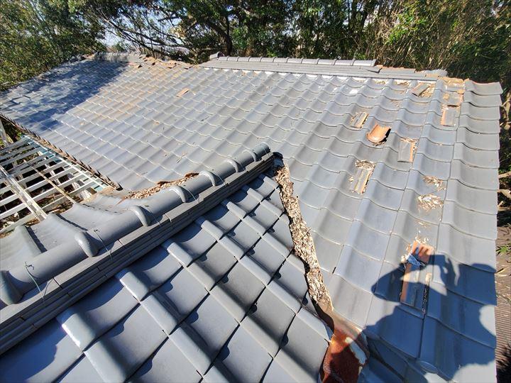 令和元年房総半島台風の影響で棟が崩れた瓦屋根の様子