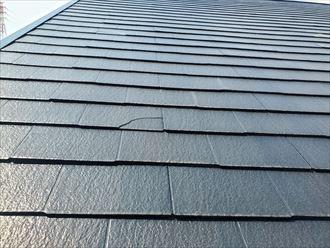 屋根材が割れています
