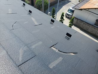 屋根材のスレートが割れているので雨漏りに繋がります