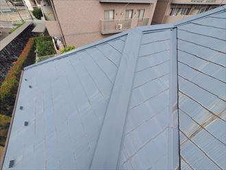 塗膜が剥がれて屋根が色褪せています
