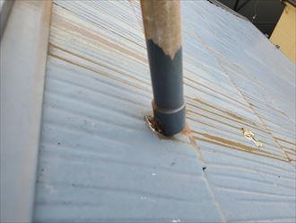 アンテナの錆汁によりスレートの素地が露出
