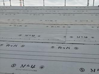 屋根葺き替え工事で新しいルーフィングを敷設