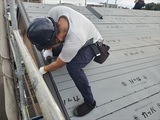 屋根葺き替え工事で新しいケラバ水切りを取付けます