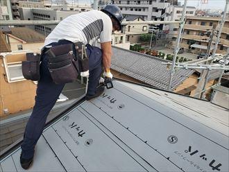 屋根葺き替え工事で新しいケラバ水切りを設置