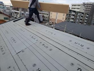 屋根葺き替え工事で新しい屋根材のスーパーガルテクトを屋根の上に仮置き