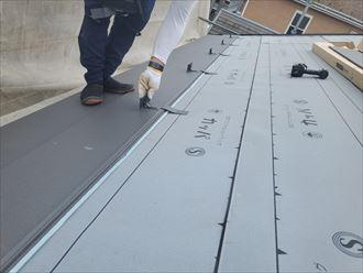 屋根葺き替え工事で雪止めを設置