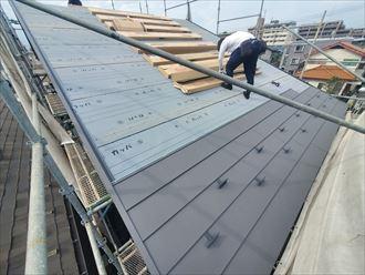 スーパーガルテクトを使用した屋根葺き替え工事の様子