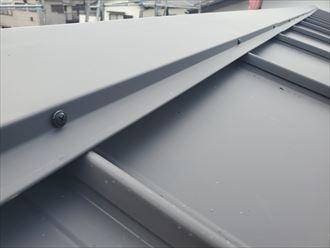デコルーフを使用した屋根カバー工事の棟板金設置にSUSビスを使用