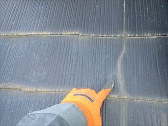 スレート屋根の下屋根にひび割れが発生