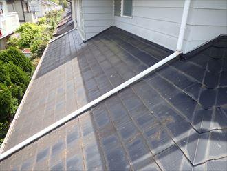 スレート屋根の下屋根調査の様子