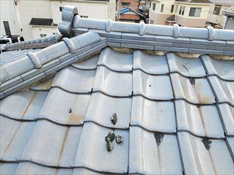 瓦屋根の漆喰が剥がれています