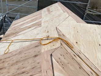 屋根葺き替え工事にて野地板敷設の様子